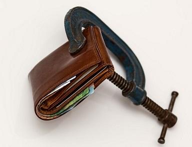 Varoittavia esimerkkiä siitä, miten velat voivat tuhota elämän on netti pullollaan. Hae siis yhdistelmälainaa, jos useat lainat kiristävät talouttasi.